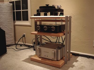 オーディオの下に敷く素材。金属ならキンキンしたした音、木製なら暖かみのある音になる。常識ですよ