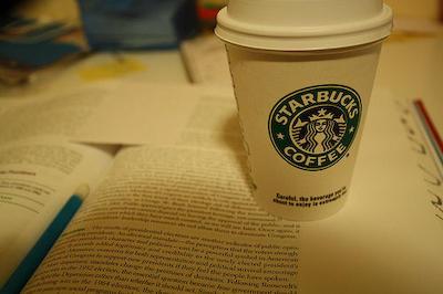 スターバックスコーヒー、店内での勉強客を追い出し … 居心地の良さにより長居する客が増加→ 回転率が低下という深刻な問題