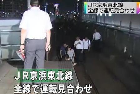 JR京浜東北線の桜木町駅付近で架線が断線、電車が止まる … JR桜木町駅近くの花火大会で混雑していた乗客が停止した電車から降り、最寄りのJR桜木町駅まで次々に歩き、他線にも影響
