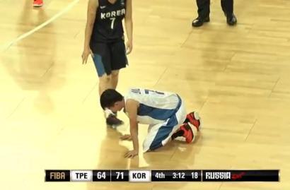 女子バスケで韓国選手がまた蛮行、台湾の選手にボディーブロー→ 台湾の選手は悶絶して起き上がれず途中交代に(動画)