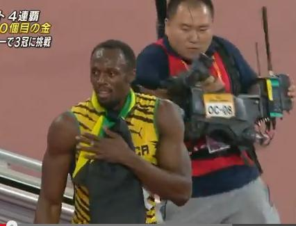 世界陸上・北京、男子200mでウサイン・ボルトが4連覇達成→ 観客の声援に応えている最中、カメラマンの乗ったセグウェイに轢かれ左ふくらはぎにケガ(動画)