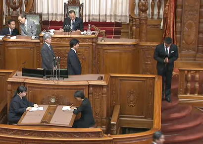 山本太郎参議院議員、ひとり牛歩戦術を始めて、ひとり葬式パフォーマンスも始めて、ひとり議長から怒られる (動画)