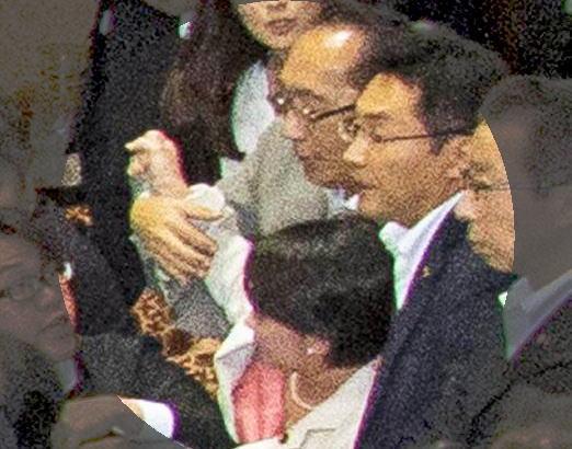 民主党・津田弥太郎参院議員(63)、安保採決の隅っこで自民党の大沼瑞穂参院議員(36)を背後から羽交い締めにしてブン投げ、負傷させる (動画) … 自民党執行部は告訴を検討