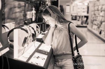 若者を中心にイヤホンが大ブーム!高価なイヤホンをつける若者が急増。テレビや雑誌でも特集が組まれ、新製品が続々と発売