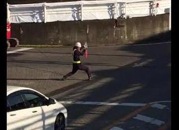 ノリノリで誘導棒をぶん回す交通誘導員がカッコ良すぎると話題に(動画)