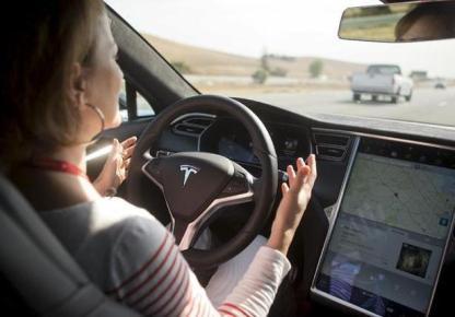 """「ドライバーはまだ常にハンドルを握って運転に責任を持つ必要がある」 … """"後部座席でチェスや読書"""" 自動運転テストユーザーによる無謀動画が氾濫"""