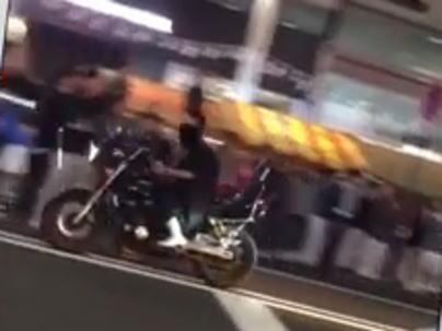 広島・胡子神社 えびす講の歩行者天国で、珍走DQNのバイクが一般人に蹴り倒されて歩行者に突っ込み、ボコボコにされる(動画)