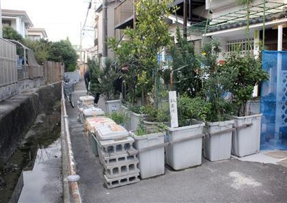 近隣住民と共同所有している自宅前の私道に「植木鉢バリケード」を築き封鎖の老夫婦、約20年前から近隣住民らとの間でトラブルを繰り返す - 堺
