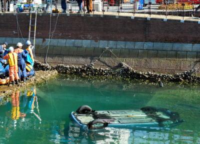 長崎・出島町の運河に女性2名が乗った車が転落→ 修学旅行生3人が見つけ、浮かび上がった女性を引き上げる … 「周りに人がほとんどいなかった。自分が行くしかないと思った」
