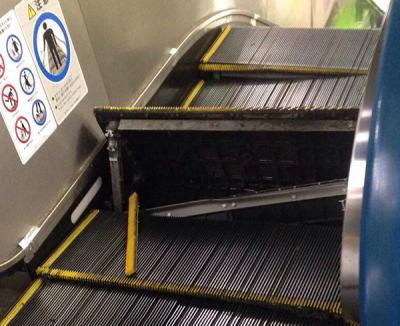 JR水道橋駅のホームに上がるエスカレーター、吸い込み口部分が突如めくれて跳ね上がり破損、緊急停止するトラブル(画像) … ケガ人無し、月に一度の点検時には異常なし