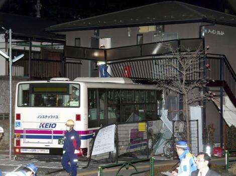 東京・小金井市で、回送中の路線バスが信号機をなぎ倒しアパートに突っ込む … 49歳の運転手がケガ、持病などの報告ナシ、事故の10分ほど前に営業所から出発し数百m蛇行する