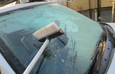 寒い日の朝、車のフロントガラスに霜が・・・ 凍りついたフロントガラスを一瞬で霜取りする方法(動画)