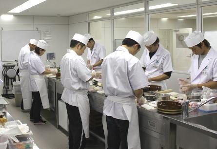 """寿司養成学校vs伝統の江戸前寿司での修行、""""職人の徒弟制度""""は必要か否か、厚切りジェイソン「魚の良し悪しなんかインターネットで調べれば書いてあるデショ!」"""