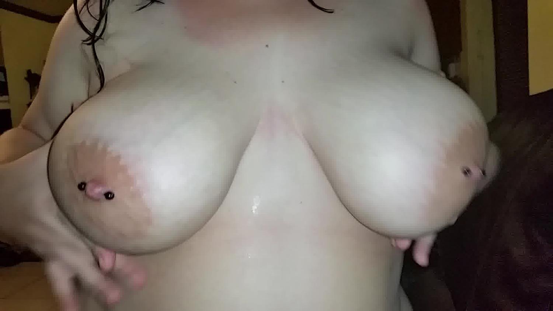 爆乳の素人の無料巨乳動画。両乳首にピアスをつけた素人M女!