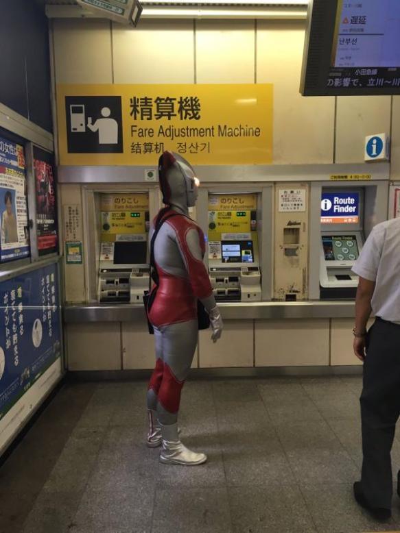 【速報】目黒駅にウルトラマン現るwwwwwwwwww