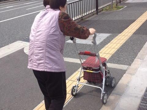 韓国籍の無職・張幸光被告(51)、商店街で手押し車を押して歩いていた無職女性(80)の跡をつけ、水道局関係者を装って家に上がり「風呂の水を見てきて」→ 室内から現金2万円を盗む
