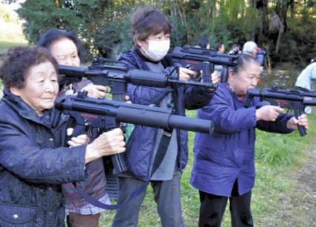 農作物荒らすサル駆除で、エアガンの射撃訓練をしている婆ちゃん達が話題に(画像) … エアガンを豪快に連射したミカン農家の主婦(68)「どこかに当たるとはじける弾の方が効果的かも」