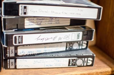 VHSビデオ機ひっそりと生産終了に寂しげなオタク。 めんどくさい人ですね……