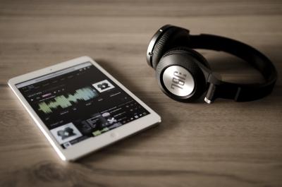 【流行】ワイヤレスイヤホン売り上げ伸ばす 性能向上、iPhone7で存在感増す