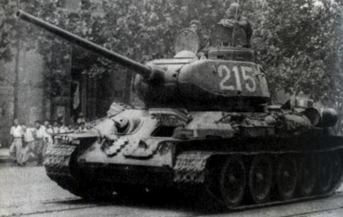 北朝鮮、朝鮮半島の東西両岸に沿うようにT34戦車を200台以上配備、偵察衛星の写真に写る … ソ連製・T-34は第2次大戦や朝鮮戦争で使われた時代の兵器、海岸砲として使用