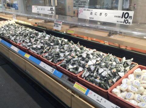 熊本郊外のイオンモール熊本、物流停滞で消費期限間近になった食品を格安で大量販売中、おにぎり10円等々(※物流が回復し被災地に物資が行き渡った訳ではないので注意)