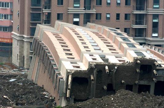 中国人「なぜだ!中国では地震じゃない時にでもマンションが仰向けに倒れたりする。日本のマンションが地震で倒壊しない理由は何だ!?」