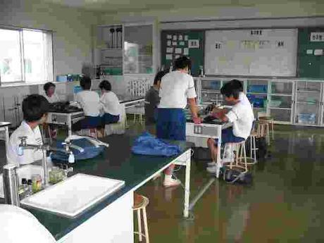 浜松市南区の市立南陽中の理科室