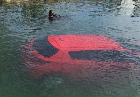 カナダ人女性 ナビゲーターを信じて湖に突っ込む