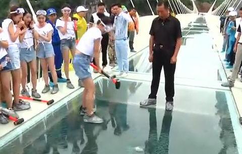ガラス張りの橋 ハンマーで安全性アピール 中国