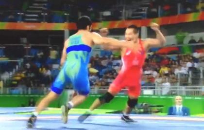モンゴルのコーチが激怒、パンツ一丁で抗議 男子レスリング65キロ級3位決定戦