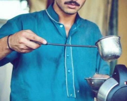 パキスタンのチャイ売り青年、世界中で「イケメン」と話題に 社会問題にも