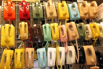 家電量販店って携帯電話コーナーだけ店員いて他の場所には居ないのな。