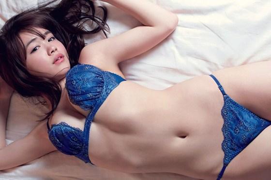 青いランジェリーが超情欲的な菅本裕子ちゃんのグラビア。