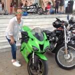 Hasta las motos se han vestido de verde para visitar a tresT Comunicación
