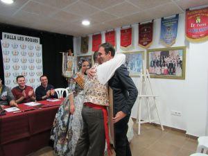 Toni Ortolà hace entrega al Presidente de la Falla Les Roques de la ilustración de la portada del libro de Fallas 2016