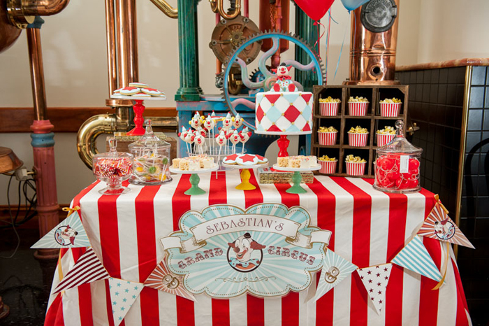 clown dessert table1 Circus Guest Dessert Feature