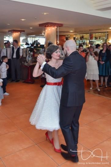 italienischer Walzer zum Eröffnungstanz, Hochzeitsfotograf Amore, Brautpaar eröffnet Tanzfläche