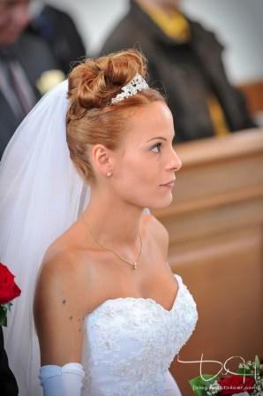 Die Braut in der katholischen Kirche - Hochzeitsfotograf fränkische Schweiz
