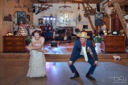 Brautpaar legt flotte Sohle beim Hochzeitstanz hin. Der Hochzeitsfotograf haelt alles auf Bildern fest. Der Hochzeitsfotograf aus Nuernberg im Gasthaus Englert.