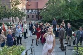 Den Brautstrauß werfen und der Hochzeitsfotograf macht die Bilder. Hirsvogelsaal in Nuernberg!