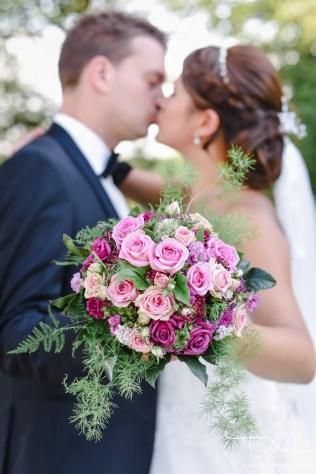 Auch vom Brautstrauss macht der Hochzeitsfotograf ein Foto.