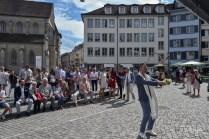 Brautstrauss werfen in der historischen Altstadt von Zuerich. Hochzeitsfotograf macht die Bilder.