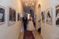 Der Hochzeitsfotograf fotografiert die Braut mit dem Brautvater vor der Trauung im Pfinzingschloss