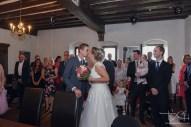 Braut und Braeutigam beim ersten Blick kurz vor der Trauung. Hochzeitsfotograf im Schloss Henfenfeld.