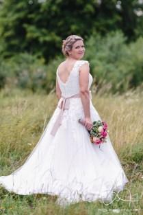 Schoene Braut im Vintagelook. Die Fotos macht der Hochzeits Fotograf aus Nuernberg.