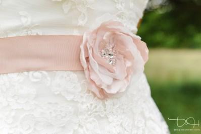 Schoene Detailbilder von Braut und Braeutigam macht der Hochzeitsfotograf.
