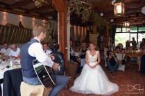 Überraschungslied für die Braut, fotografiert vom Hochzeitsfotografen.