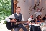 Liebesbeweis an die Braut. Braeutigam singt ein Liebeslied. Die Bilder macht der Hochzeitsfotograf im Laeidlhuf.