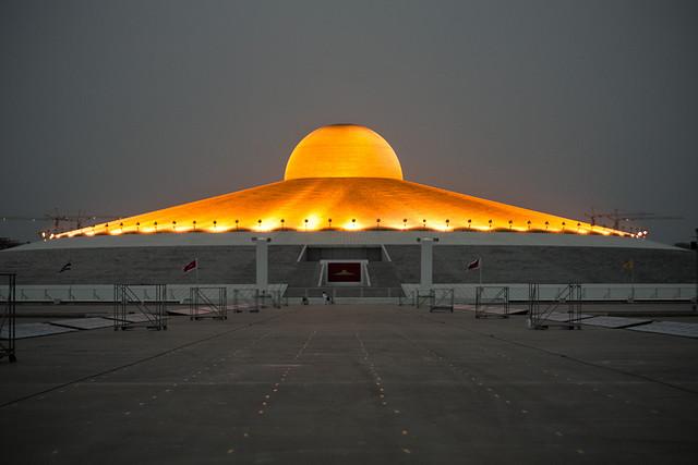 Chedi des Wat Phra Dhammakaya bei Nacht