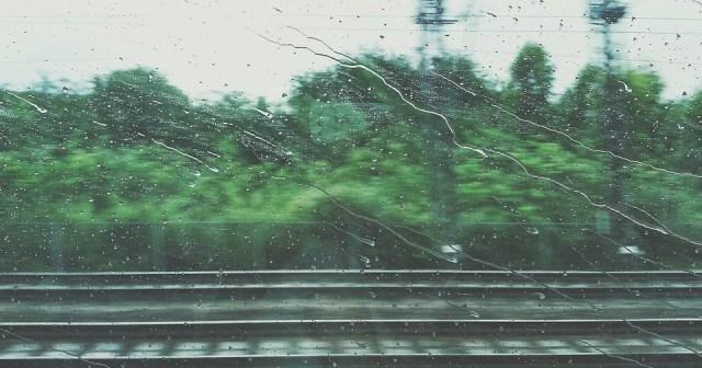 Lluvia en la ventana del tren
